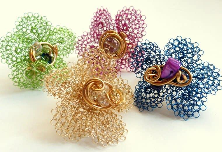 Anillos con forma de flor tejidos a mano con alambres de colores