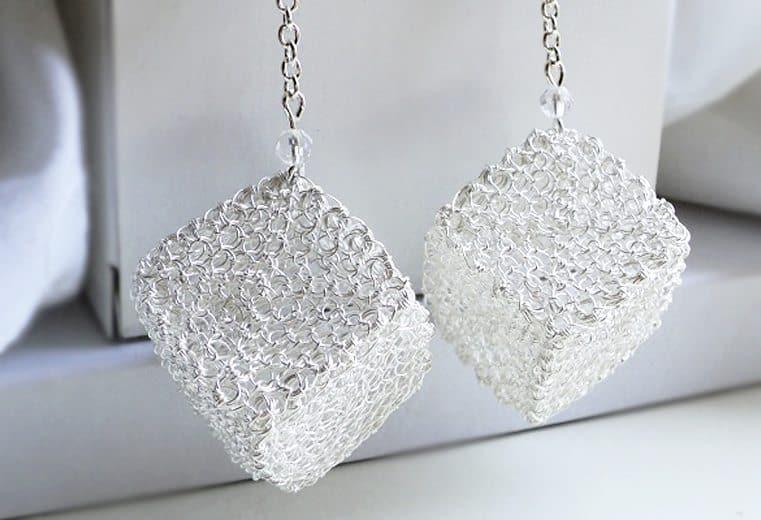 Aretes 3D con forma de cubo tejidos con alambre de plata en punto peruano