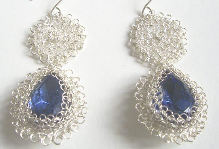 Aretes circulares dobles con alambre de plata y cristal facetado azul
