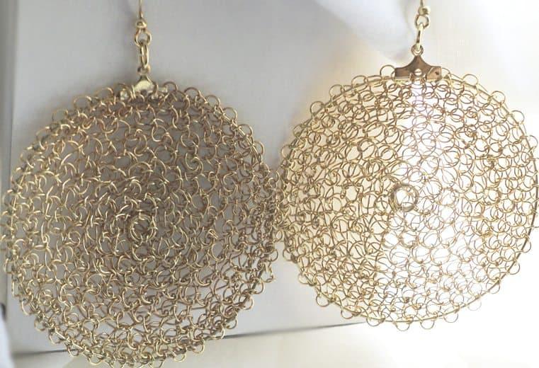 Aretes circulares tejidos con alambre de oro