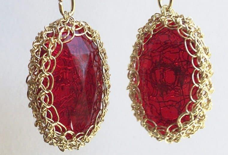 Aretes con alambre de oro y cristal rojo