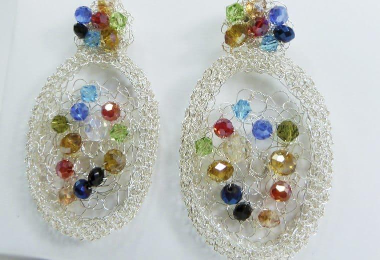 Aretes con cristales de colores facetados tejidos con alambre de plata