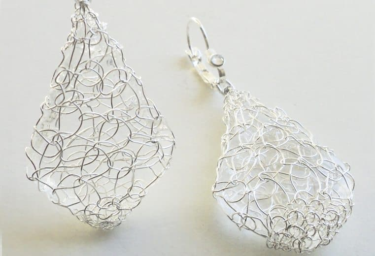 Aretes con cristales facetados tejidos con alambre de plata