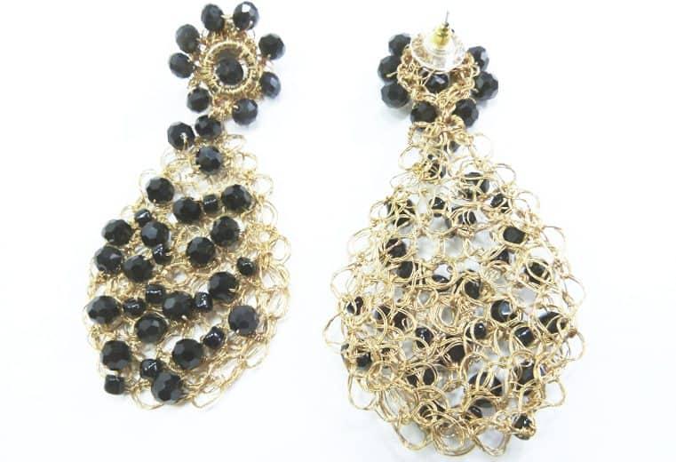 Aretes de alambre de oro con forma de lagrima y cristales facetados negros