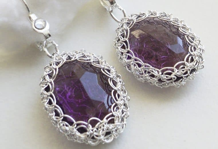 Aretes de cristales amatistas tejidos con alambre de plata