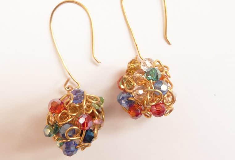 Aretes de cristales y alambre en forma de bola