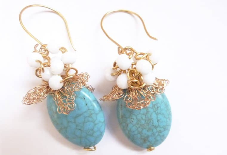 Aretes de gemas con tejido y bola de cristales