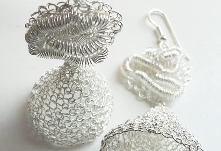 Aretes modernos tejidos con alambre de plata con forma de campana