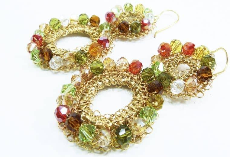 Aretes tejidos con alambre de oro, cristales y centro de argolla
