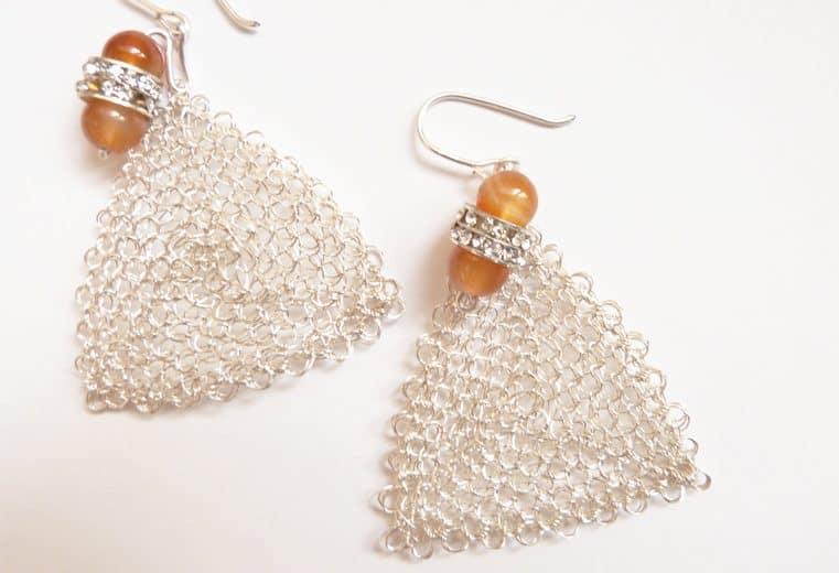 Aretes triangulares con alambre de plata tejidos en punto peruano