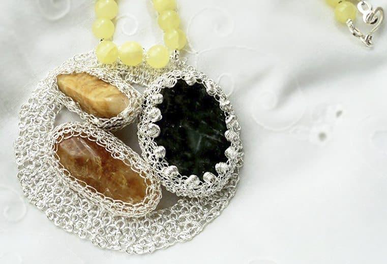 Colgante circular con gemas engastadas citrino y aragonita