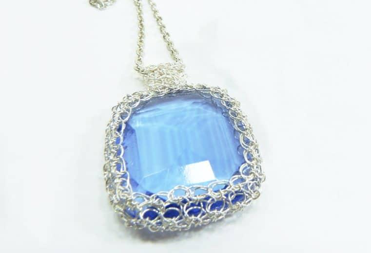 Colgante con cristal azul engastado con tejido de alambre de plata