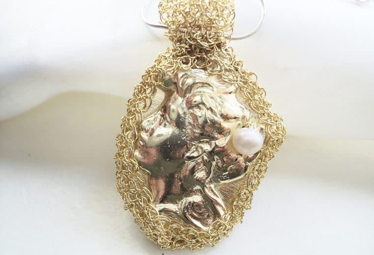 Colgante de alambre de oro con engaste de camafeo