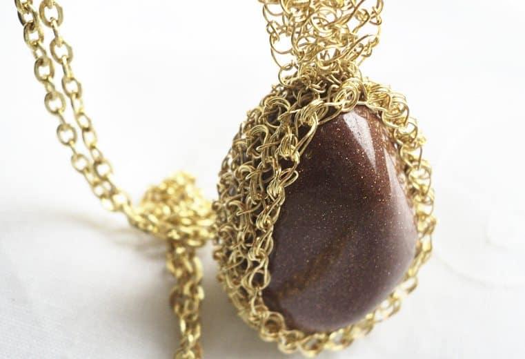 Colgante de alambre de oro con piedra goldstone de Italia