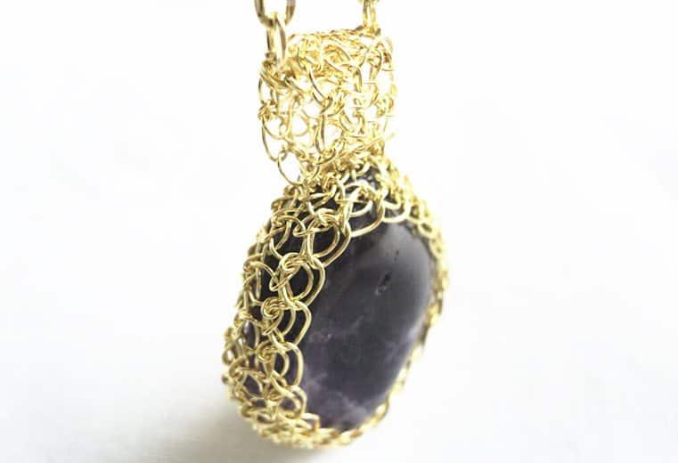 Colgante de alambre de oro con piedra obsidiana