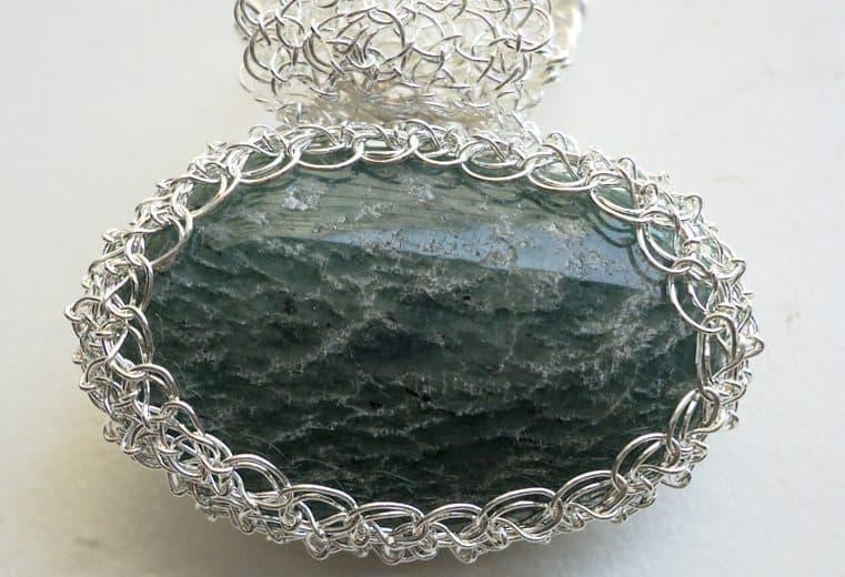 Colgante de alambre de plata con piedra amazonita de Rusia