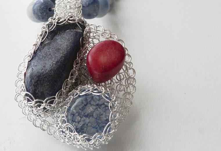 Colgante de alambre de plata con tres gemas engastadas
