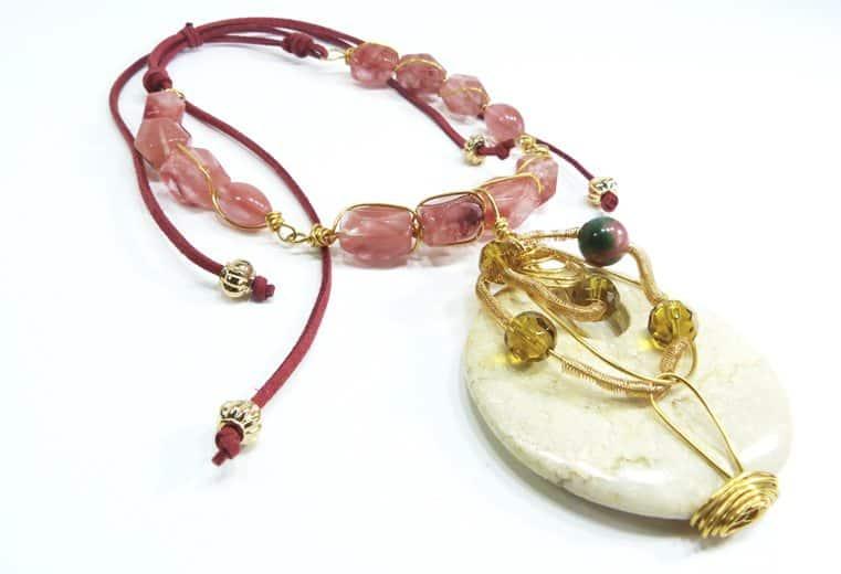 Colgante de gemas de cuarzo rosa y colgante trabajado con alambre de oro con cristales