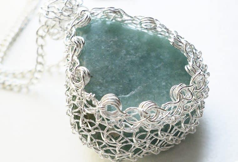 Colgante tejido con alambre de plata y amazonita
