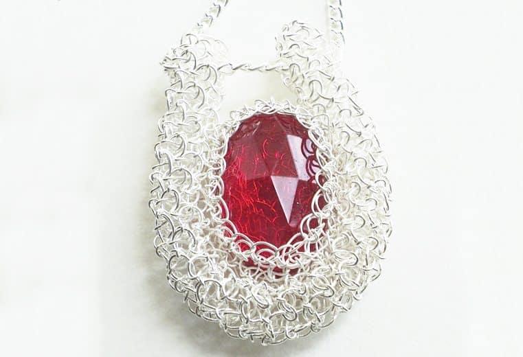 Colgante tejido con cristal facetado rojo