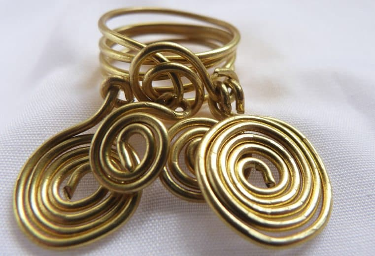 anillo con adorno de espirales