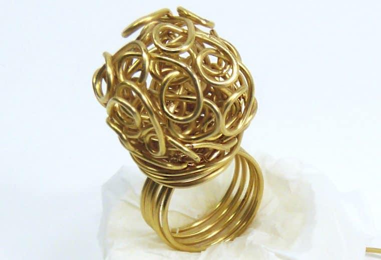 anillo con alambre de oro