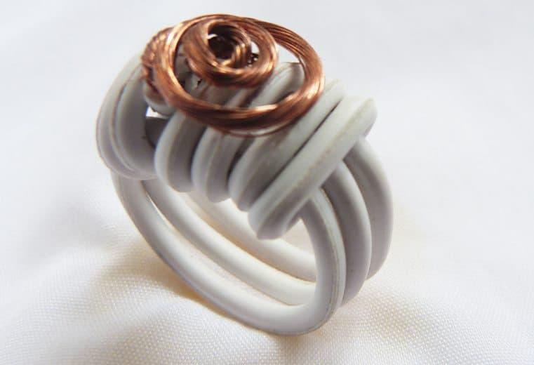 anillo con cable electrico y alambre