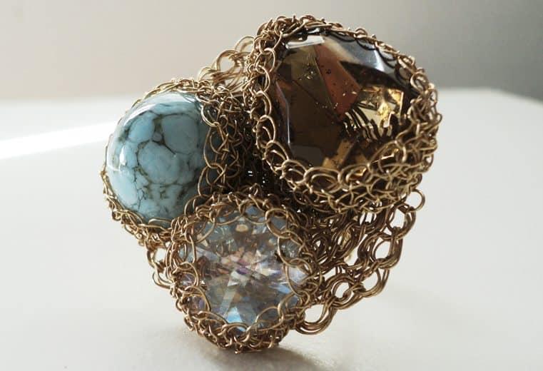 anillo con cristales tejido en punto peruano con alambre de oro