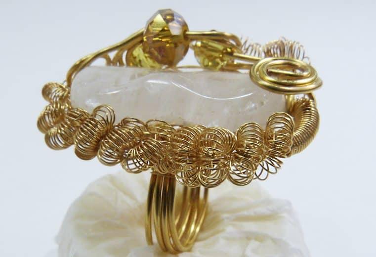 anillo con gema que no tiene orificio rococo y cristales