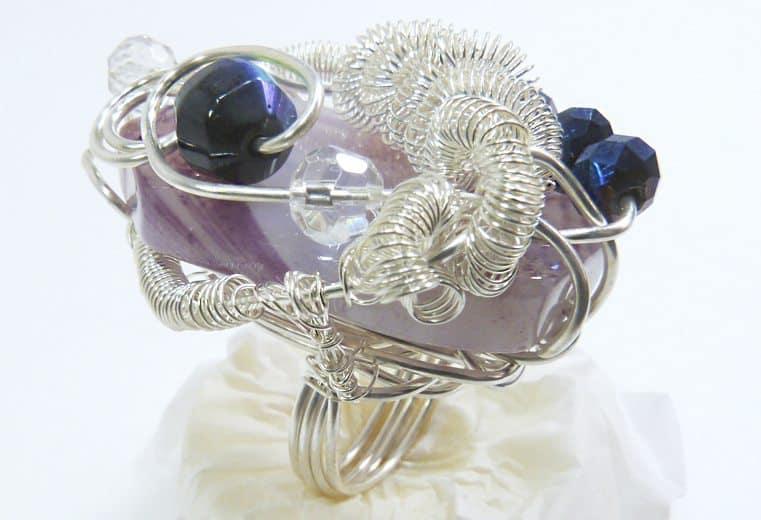 anillo con gema que no tiene orificio y cristales