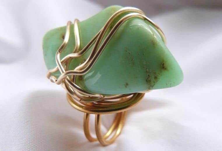 anillo con gema que no tiene orificio