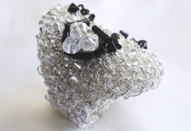 anillo de malla doble con alambre de plata y cristales