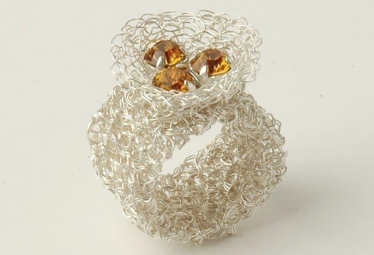 anillo de malla doble con aplicacion de tres citrinos realizada en alambre de plata