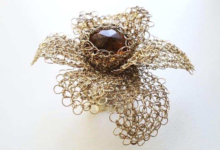 anillo en forma de flor con cristal tejido en punto peruano con alambre de oro