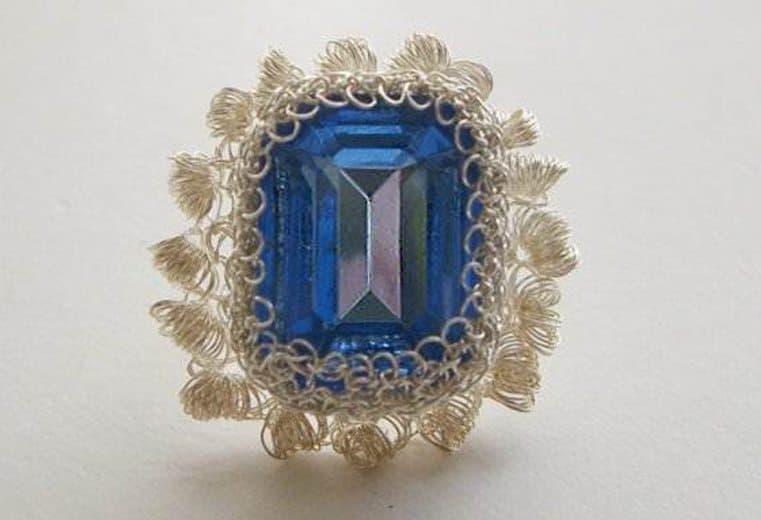 anillo rococo tejido con alambre de plata y cristal