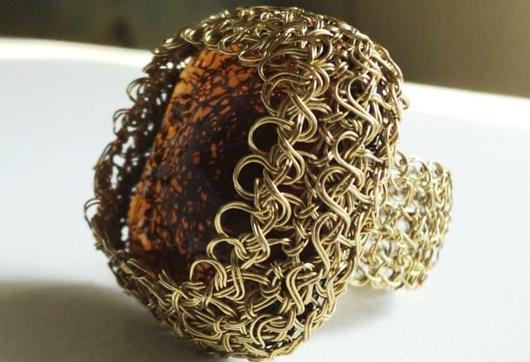anillo tejido a mano con alambre de oro y cristal amarillo facetado