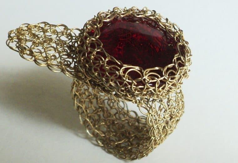 tejido crochet en alambre de oro con perla y cristales blancos