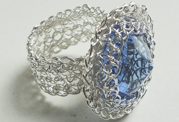 anillo tejido a mano con hilos de plata y cristal azul facetado