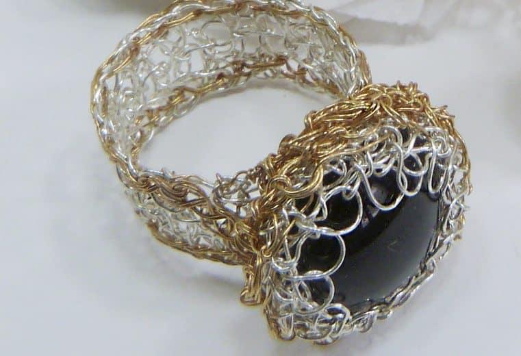 anillo tejido con alambre de oro y plata con gema