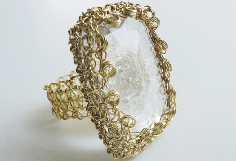 anillo tejido crochet con alambre de oro y cristal facetado