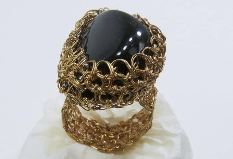 anillo tejido crochet con alambre de oro y gema obsidiana