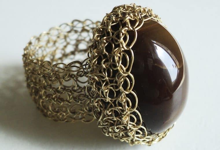 anillo tejido crochet con alambre de oro y gema