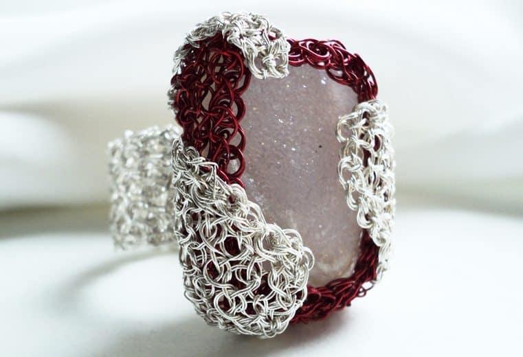 anillo tejido crochet con alambre de plata 999 y gema drusa