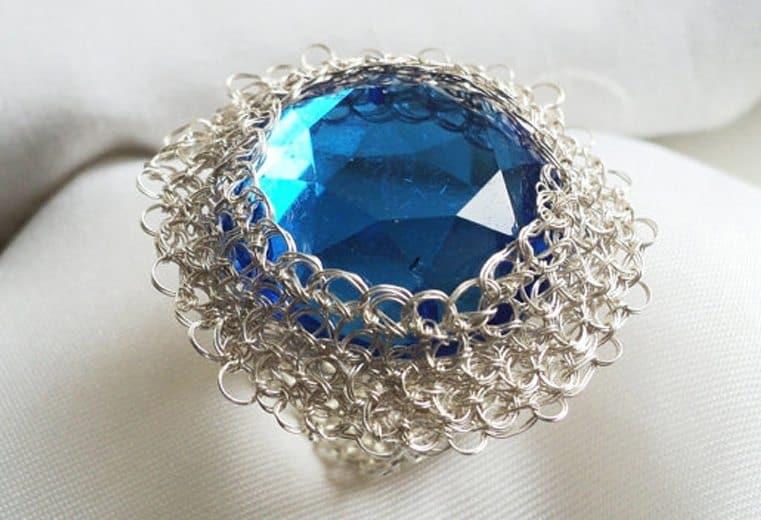 anillo tejido crochet con alambre de plata y cristal azul