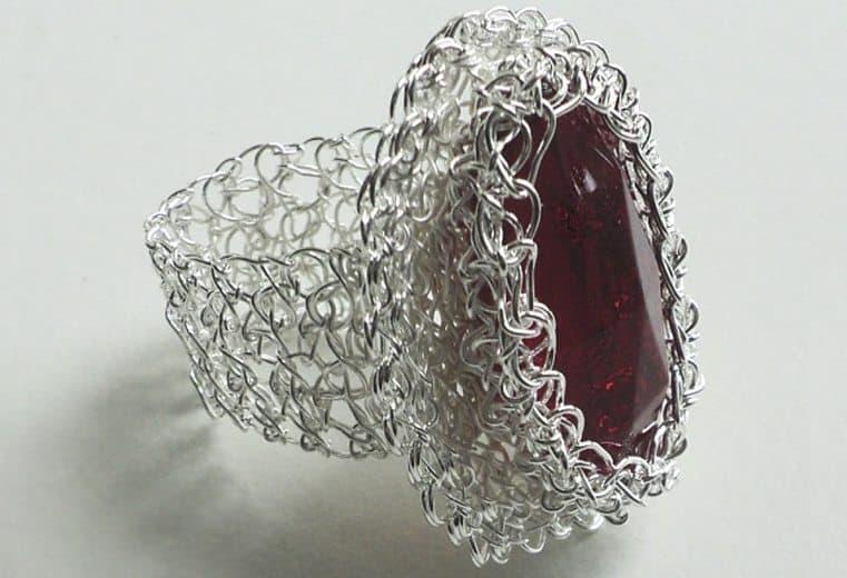anillo tejido crochet con alambre de plata y cristal rojo facetado