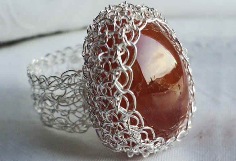 anillo tejido crochet con alambre de plata y cristal