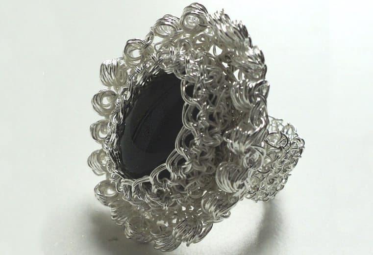 anillo tejido crochet con alambre de plata y obsidiana