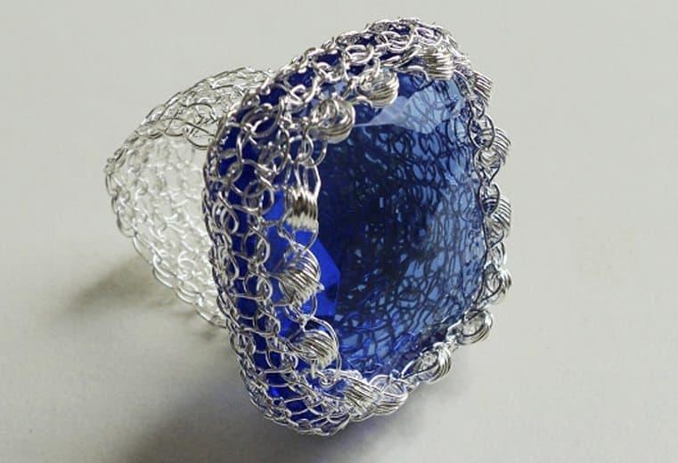 anillo tejido crochet con cristal azul facetado y detalle de rulos rococo