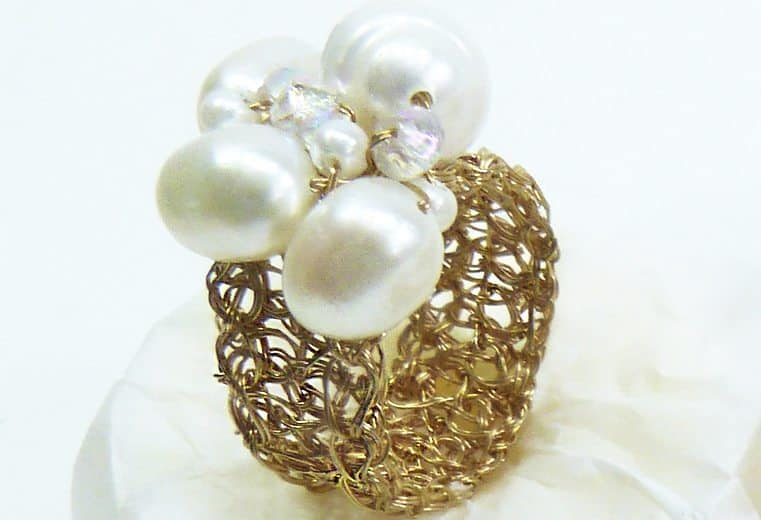 anillo tejido crochet en alambre de oro con perla y cristales blancos