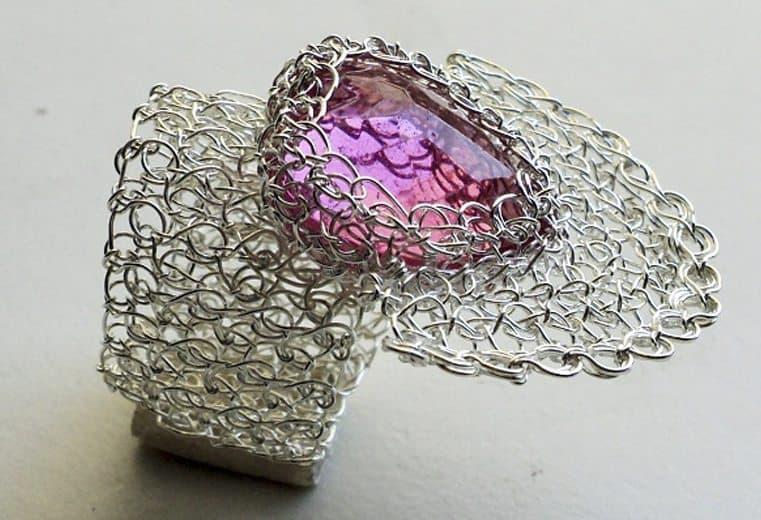 anillo tejido crochet en alambre de plata con cristal facetado rosado